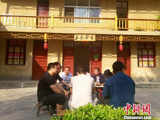 """近日,甘肃陇南市武都区余家河村的农民为了""""搭乘""""旅游热,新开了具有当地特色的农家茶社。 闫姣 摄"""