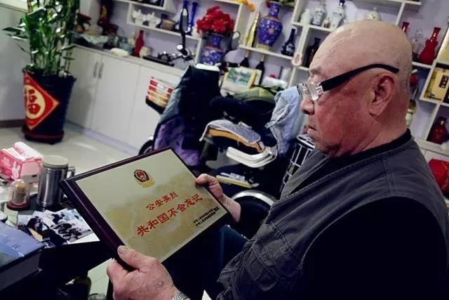 局刑侦科科员.1996年4月26日,张晓东在执行任务时与犯罪分子