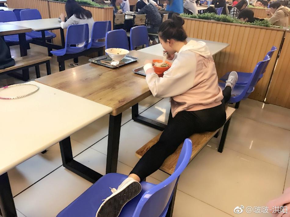 福建农林大学美女照片走红 吃饭看书都在一字马