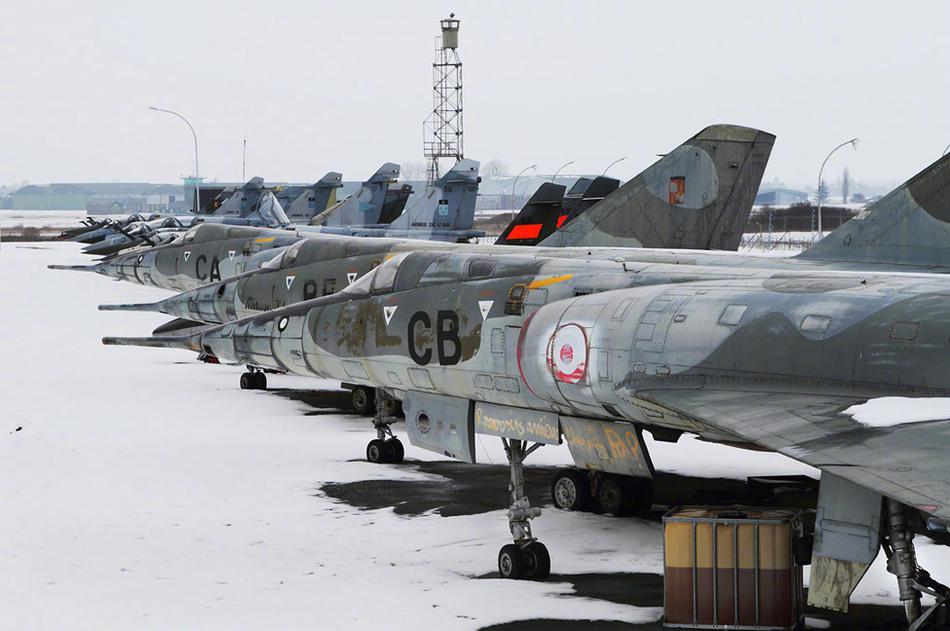 欧洲最大的飞机坟场 几百架飞机风吹日晒生着锈等着拆