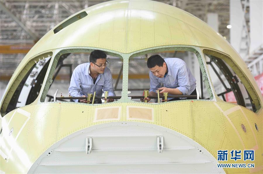 中国商飞公司5月3日发布消息称,综合各方面因素,国产大型客机C919将于5月5日在上海浦东国际机场首飞。如天气条件不具备,则顺延。近日,记者来到位于成都市的中航成飞民用飞机有限责任公司C919国产大飞机机头生产线,实地探访C919国产大飞机机头生产过程。新华社记者 刘坤 摄
