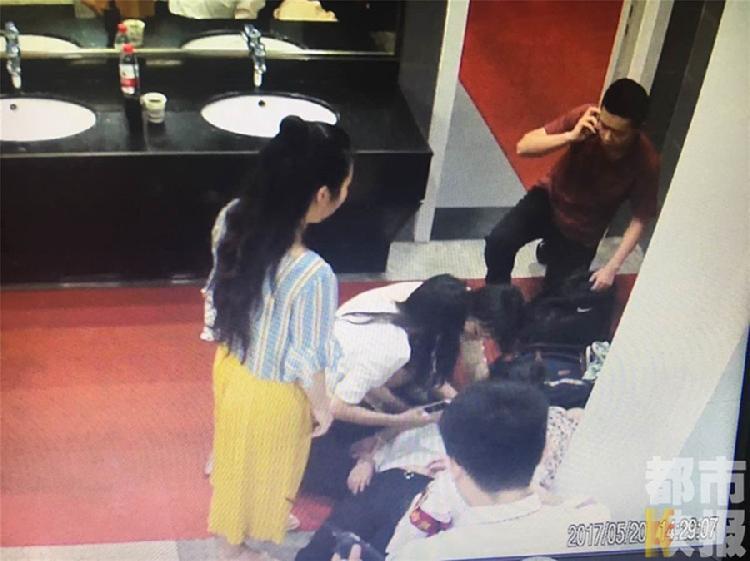地铁站乘客晕倒 读医妙龄女学生跪
