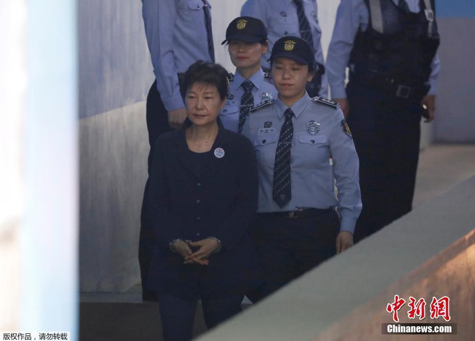 朴槿惠首次站上审判台 将与崔顺实
