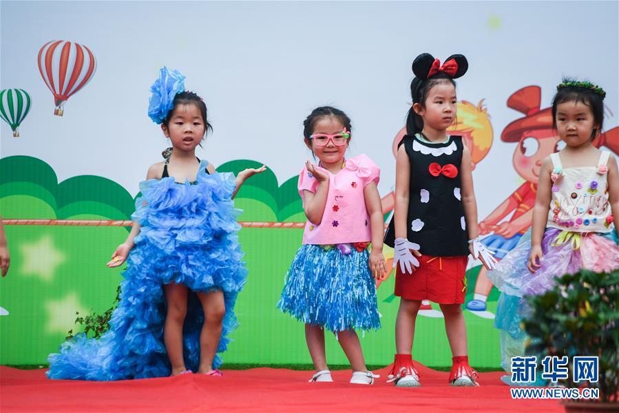 """""""六一""""环保时装秀.当日,浙江大学幼儿园西溪分园的孩子们在老"""