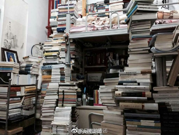云南师大学霸宿舍似图书馆 藏书5000像小山