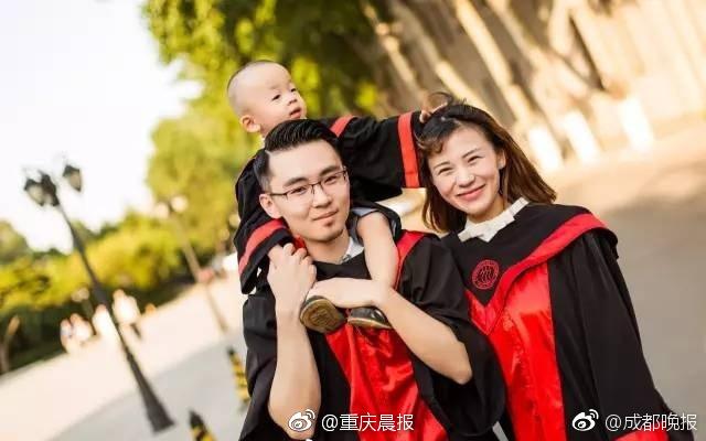 带娃拍毕业照的学霸廖思琦走红 一家三口学士学照幸福感爆棚