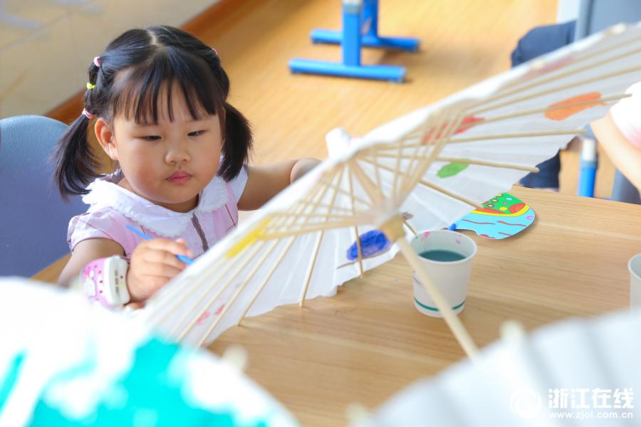 杭州:萌娃巧手绘伞 感恩父亲节