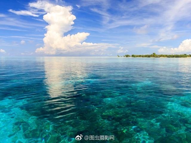 也唯有这蓝色琉璃般的海,白色绵软的云