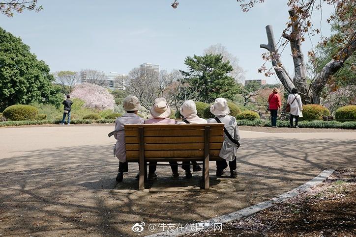拍摄的系列《从这里到那里》中,Yota 将镜头抓取了人们从一个地方图片