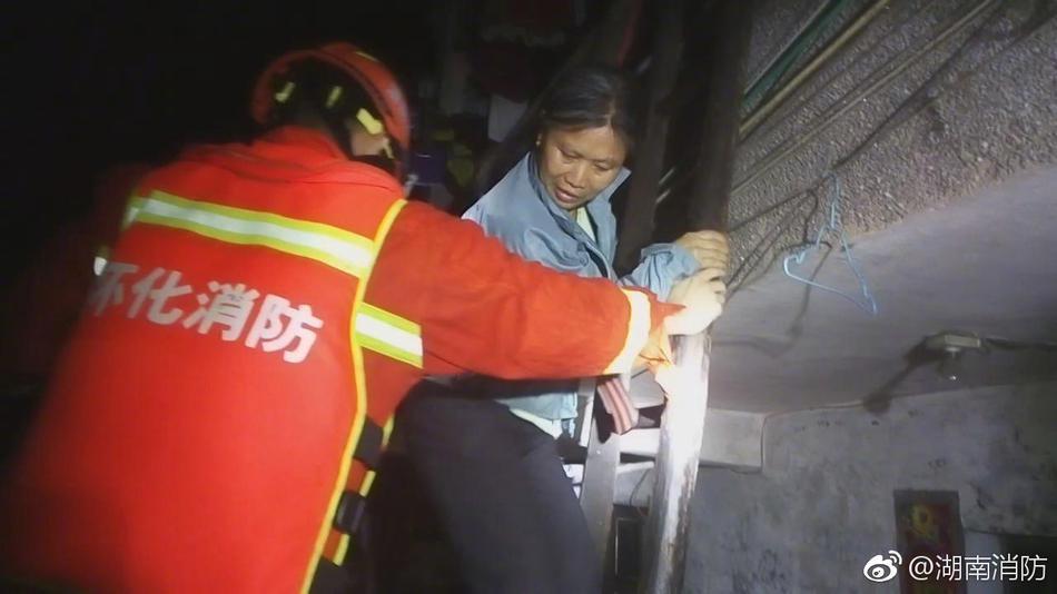 连日暴雨致居民楼群众被困 湖南消防连夜奋战救出15人