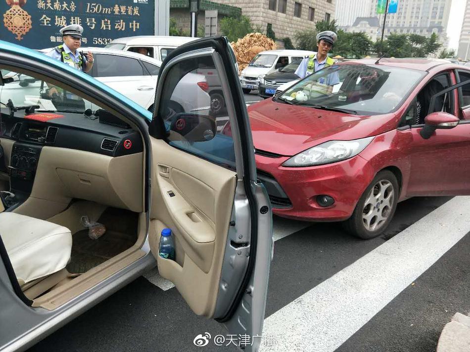 天津出租车司机突发癫痫撞上轿车