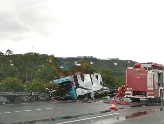 路边隔离带已被压毁,车顶凹陷.-广河高速一客运大巴翻车 已致19