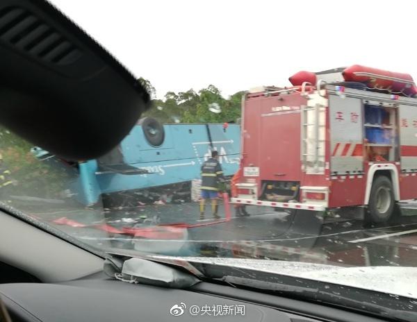 大巴车整个翻过来,底盘朝上,车顶凹陷,路边隔离带被压毁.记
