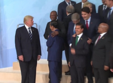 G20峰会大合照现场 特朗普站边缘位置