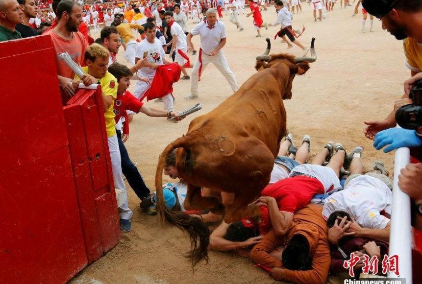 """西班牙民众欢度奔牛节 为公牛充当""""脚垫"""""""