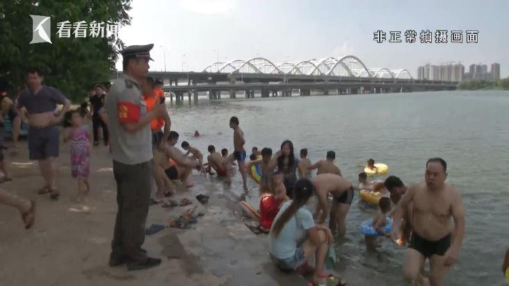灞河内上百人违规野泳 任性家长带娃下水称:人的命天注定