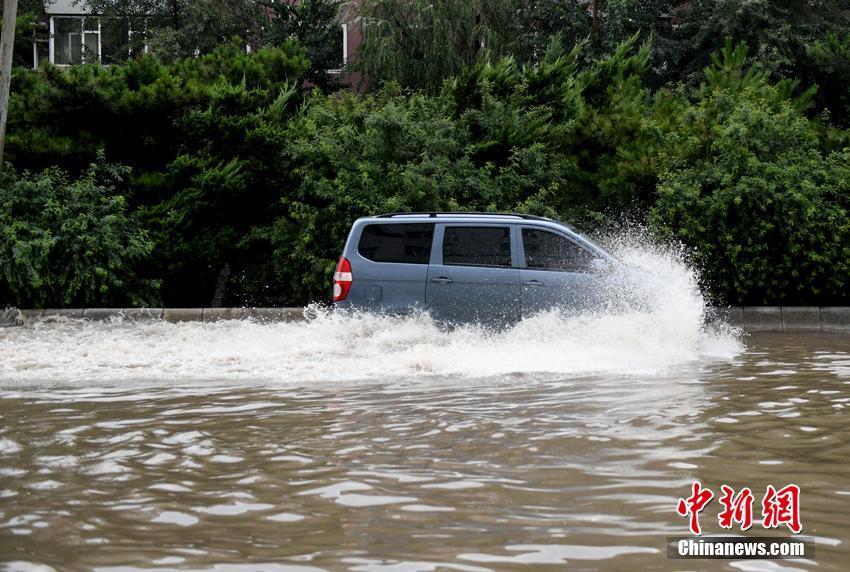 长春暴雨引发城市内涝 汽车泡水中