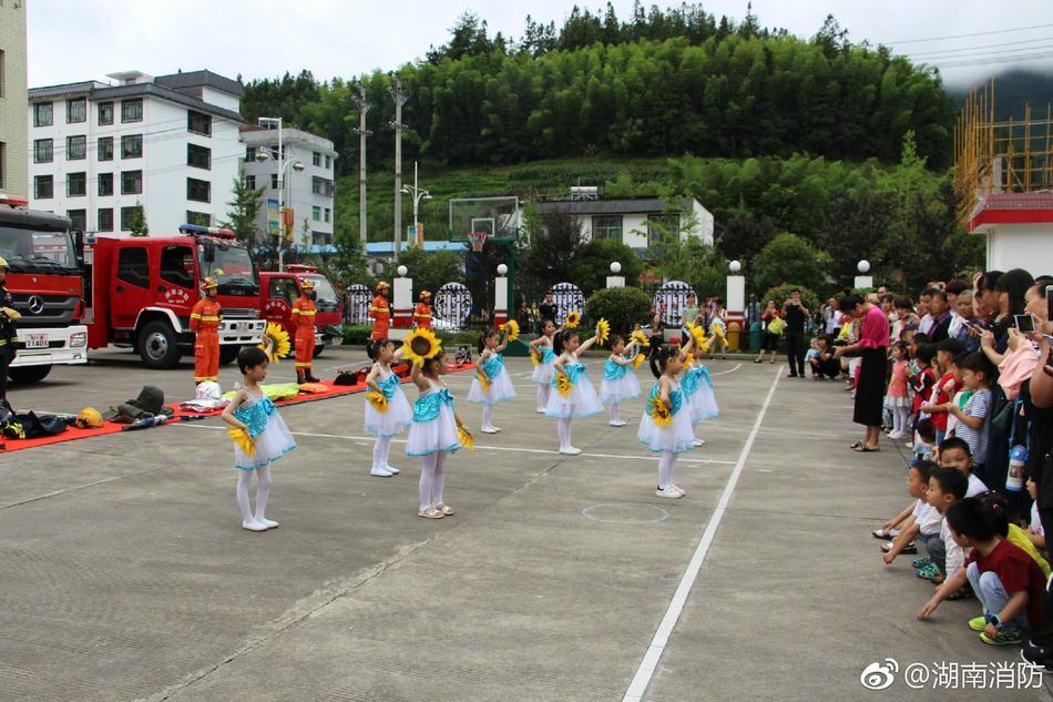 7月24日上午,郴州消防组织辖区幼儿园小朋友及家长走进红门.