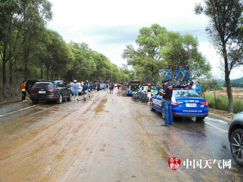 环青海湖国际公路自行车赛甘肃赛段遭遇暴雨 遗憾停赛图片