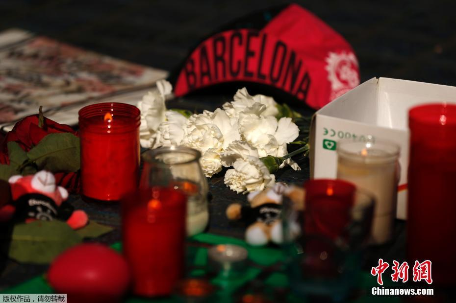 民众献花悼念西班牙巴塞罗那恐袭遇难者