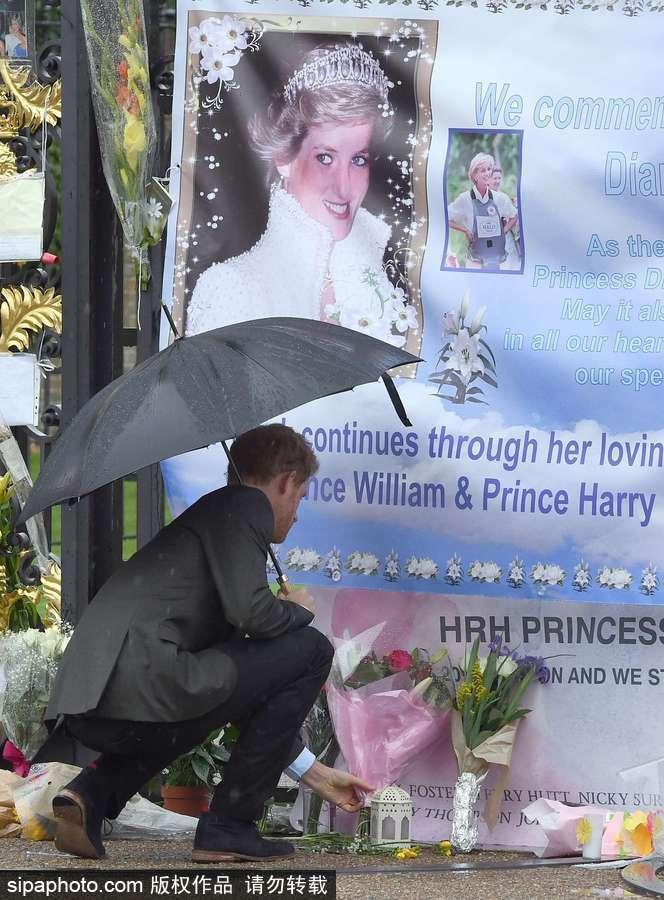 悼念他们的母亲戴安娜王妃.与两位王子一同前往悼念的还有威廉王