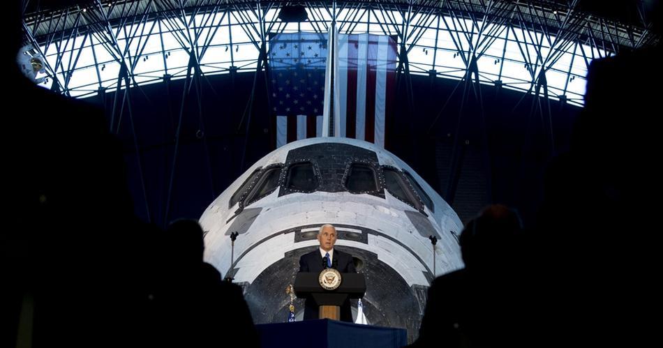 彭斯称美国将重返月球