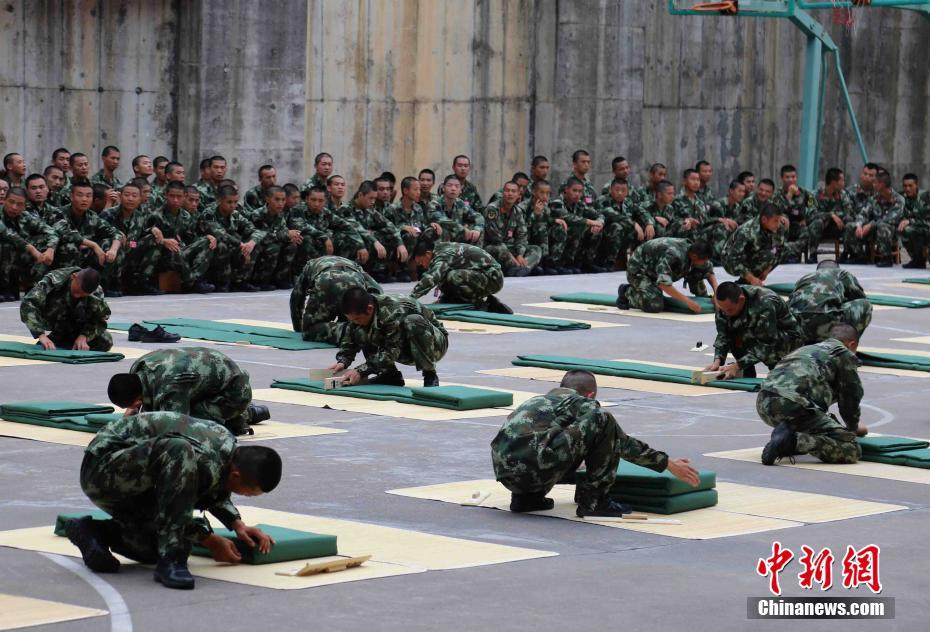 驻闽武警部队新兵训练营开展 叠被子 比赛图片