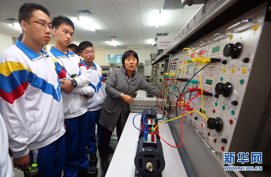 4日,中学生在天津工业大学电气工程与自动化学院实验室参观.新