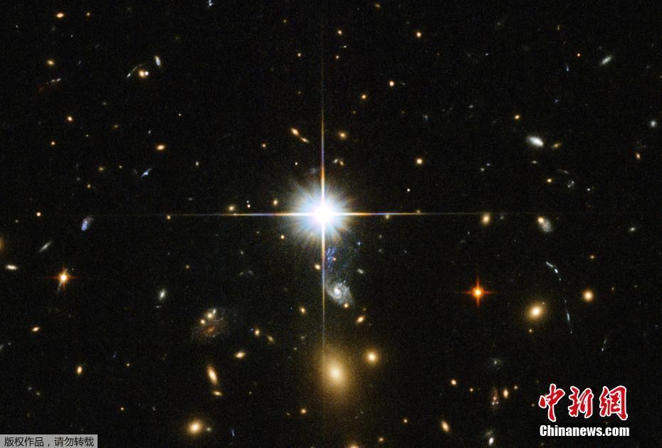 """网站发布一张由哈勃天文望远镜拍摄的星系团照片.照片中繁""""星"""