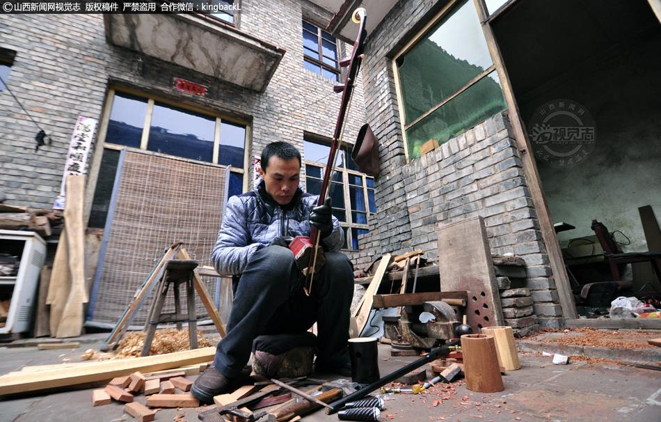 山西高平 农家小院手工制作乐器 一年能做200把