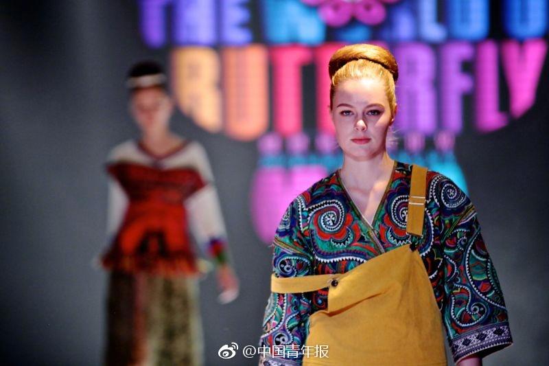 上,中外模特展示了雷山苗族各支系传统苗族的近百套服装,此外还