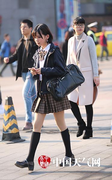 清凉时装秀.(重庆街拍飞飞哥/摄)-重庆美女上演 冬日 清凉时装秀图片