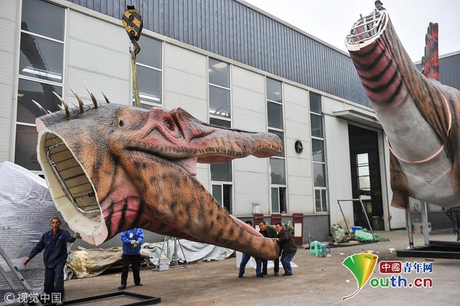 们正在生产仿生恐龙. 四川自贡是著名的恐龙之乡,这里的恐龙化石