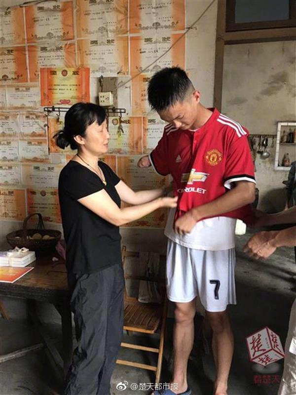 港媒:港警今日会拘捕正被收押的乱港分子黄之锋、谭得志