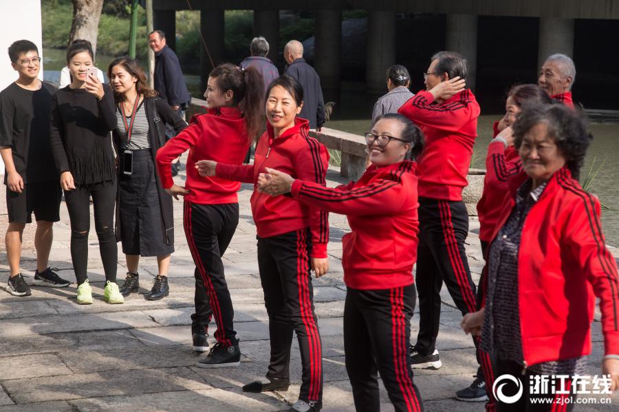 """杭州""""奔九""""老太大秀广场舞 喊话年轻人斗舞"""