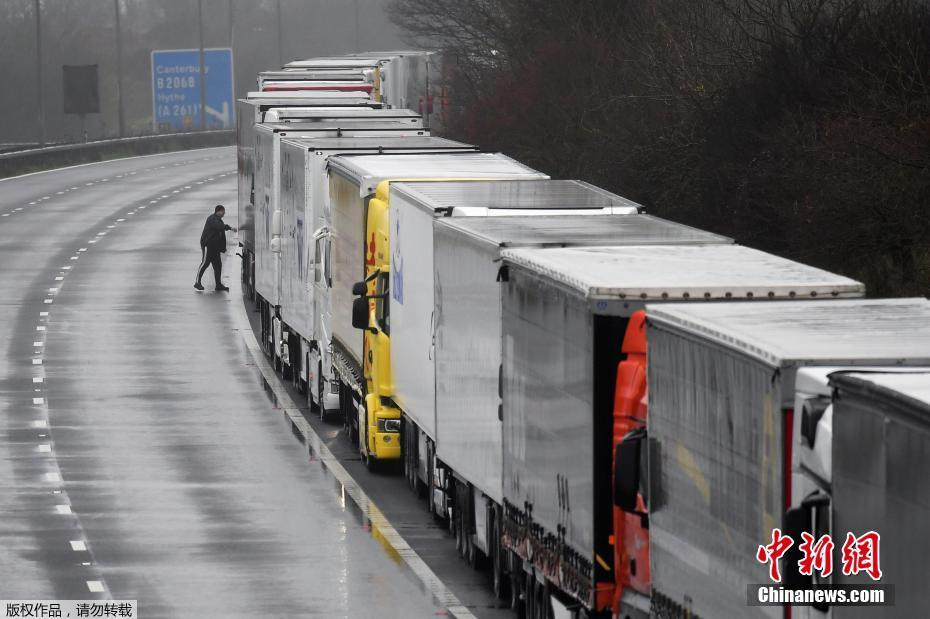 歐盟多國對英實施交通封鎖 貨車停滯高速排起長龍