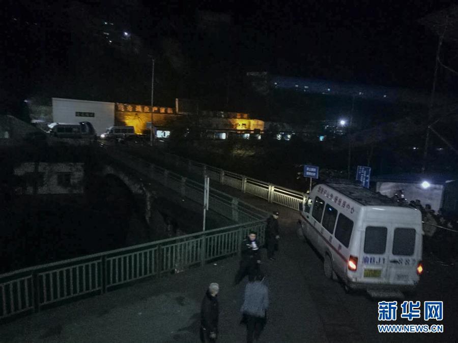 印度邻近中印边境一桥梁被压垮 卡车坠入峡谷