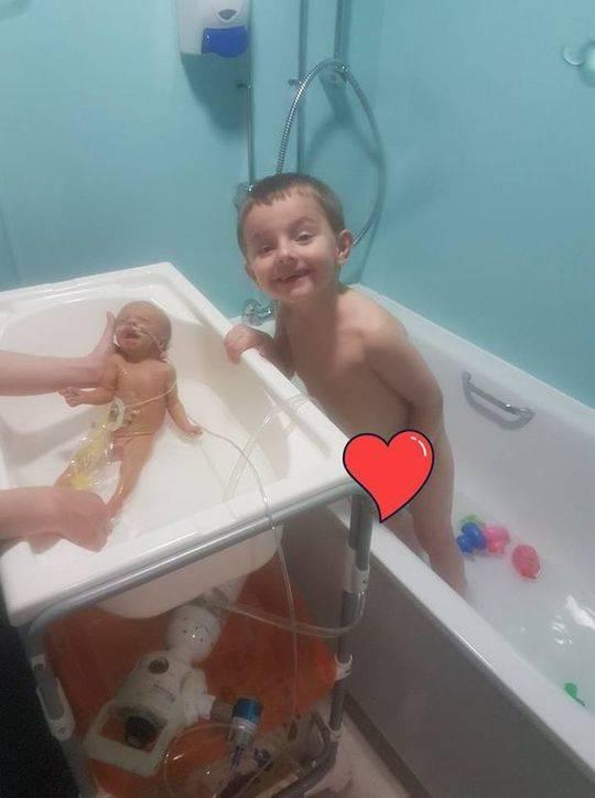 在医院陪伴女儿的时候还请了专业的摄影师帮他们留住跟女儿Kaila 图片