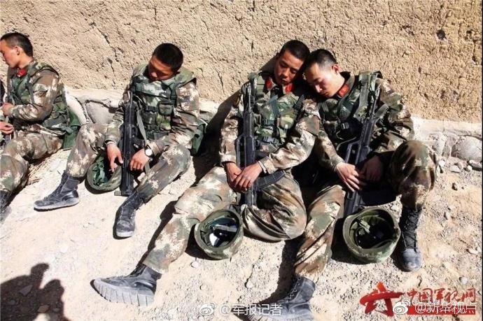 中国军人令人感动又心疼的睡姿图片