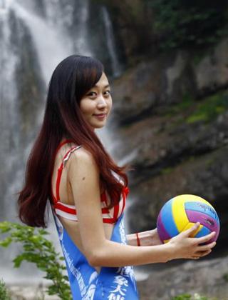 选美小姐比基尼水球助阵世界杯