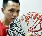 重庆小伙收藏上千副扑克
