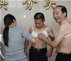 男子带假胸体验乳腺癌