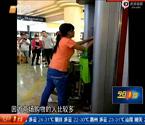 女子徒手拆开ATM取款机