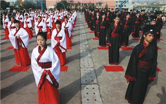 内江举行汉服成人礼 学生跪拜感恩父母