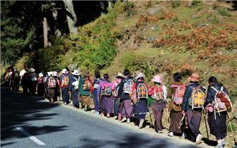 实拍318川藏公路朝圣人群