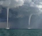 实拍青海湖现9条龙吸水