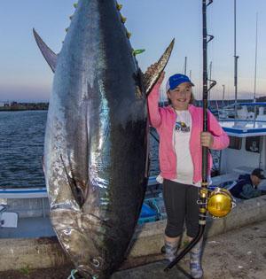 加拿大12岁女孩钓起561斤金枪鱼