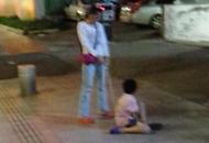 9岁男童被母亲用铁链拴着走