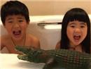 曹格儿女洗澡玩耍
