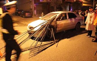 两车追尾驾驶员喉部被钢筋插入